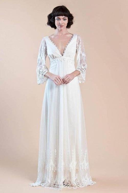 Boho Hochzeitskleid mit einer romantisch abtauchenden Nackenlinie von Wedding Wire