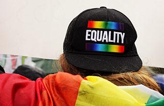 Over the Rainbow: Looks für den Pride-Monat